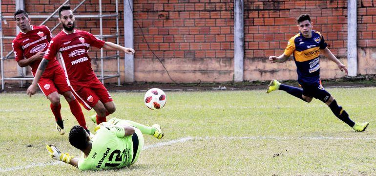 Óscar Morel, arquero de Fernando de la Mora, desvía el balón impulsado por  Álex Álvarez, en la victoria de Trinidense por 2-0.
