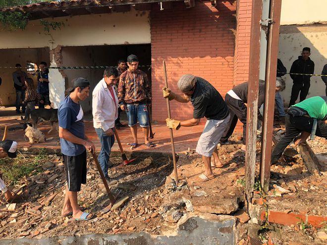 Los ocupantes buscan más restos óseos en la exfinca del dictador.