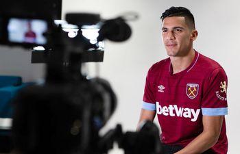 Fabián Cornelio Balbuena González (28 años) brindando una nota para el canal del West Ham.