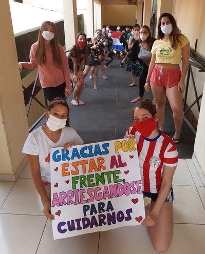 Los compatriotas que cumplen la cuarentena obligatoria, tras retornar del exterior, agradecen por el trato que reciben en  la Academia Militar, en Capiatá (foto gentileza).