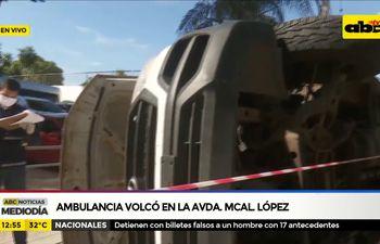 Ambulancia volcó en la Avda Mcal López