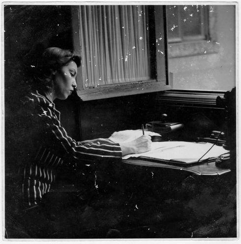 Fotografía facilitada por el Instituto Moreira Salles que muestra a la escritora brasileña Clarice Lispector.