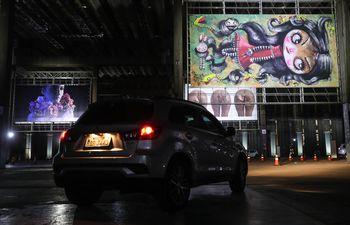 """Desde el auto se pueden apreciar las obras de arte de la exposición """"Drivethru.Art"""" en Sao Paulo, Brasil."""