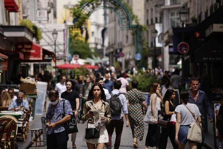 Personas sin máscaras protectoras caminan por la calle Montorgueil en París, Francia.