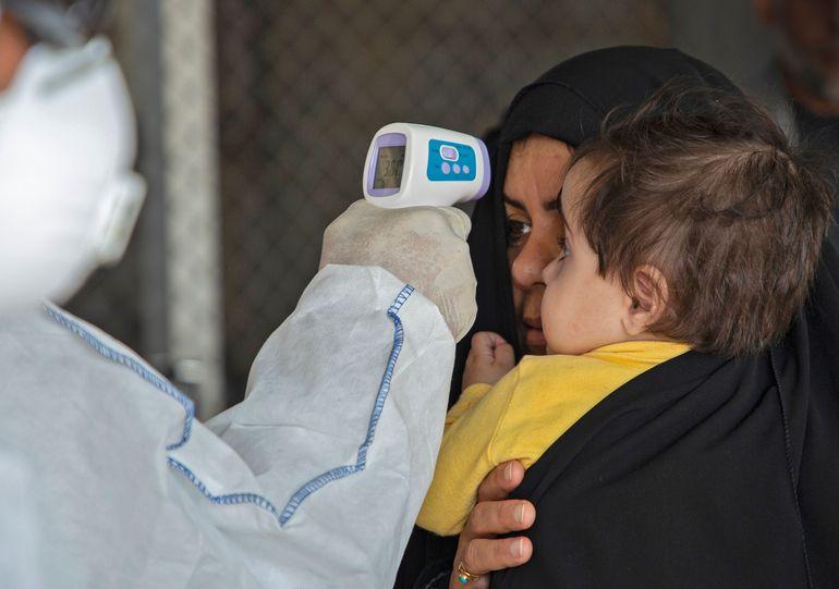 Un médico revisa la temperatura de viajeros en Shalamjah, Irak.