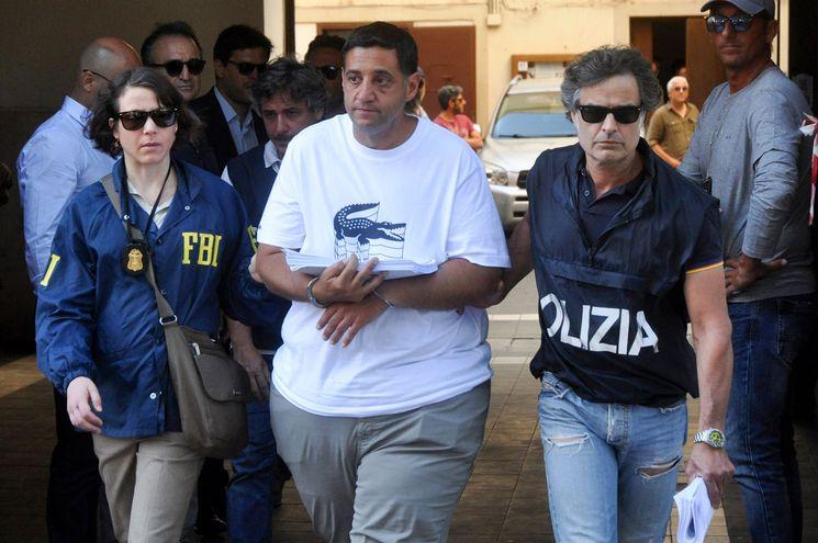 Una agente del FBI y un policía italiano escoltan a Thomas Gambino, miembro de la notoria familia mafiosa italoamericana Gambino, detenido este jueves en Palermo, Italia.