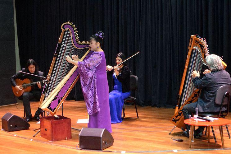 El grupo Ysando junto con la arpista Lucía Shiomitsu en el auditorio de la UNAE.