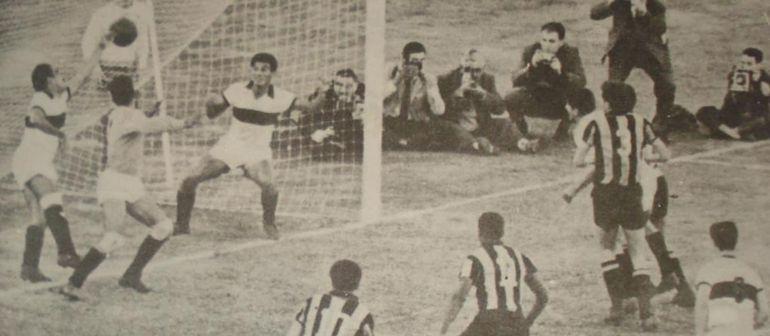 Cuántos reporteros gráficos detrás del arco de Olimpia en lo que fue el gol del empate y que significó el título de Peñarol en la primera  Copa Libertadores,  un día como hoy pero en el año 1960. El equipo franjeado tuvo en el banco como técnico al gran capitán don Aurelio González. Al Decano siempre se le hizo difícil frente a Peñarol, de 8 partidos en la Copa Libertadores se registran 5 victorias del equipo uruguayo y tres empates en los años (1960, 1961, 1969 y 1974), llevan 36 años sin chocar en este torneo de la Conmebol.