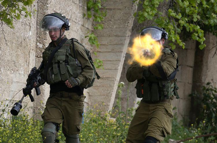 Soldados israelíes se enfrentan a manifestantes palestinos en la aldea de Kfar Qaddum, el pasado viernes.