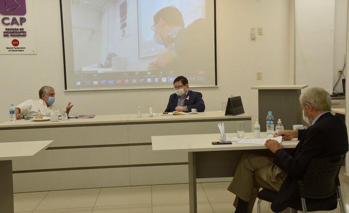 Carlos Jorge Biedermann, titular de la CAP, y Oscar Orué, viceministro de Tributación, en la reunión  con empresarios desarrollada esta siesta.