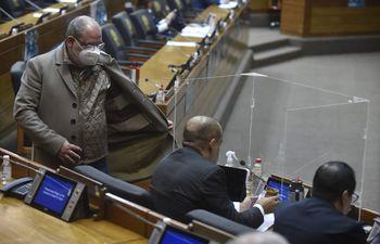 Diputados cartistas conversan durante la sesión ordinaria de Diputados realizada esta mañana.
