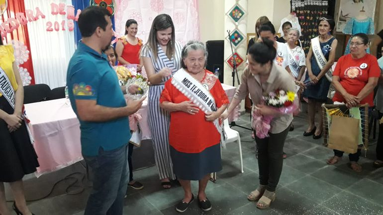 Doña Albina González, de 84 años, fue coronada Miss Tejedora de Ñandutí 2019.