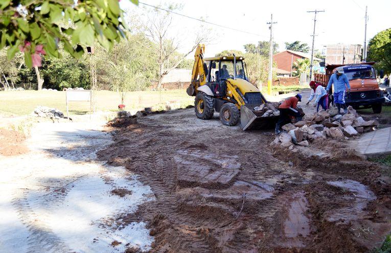 Obreros y máquinas trabajan en la reparación de un puente en el barrio San Jorge. Según la denuncia, la obra fue adjudicada a la esposa del diputado liberal Sergio Rojas, Patricia Cantero.