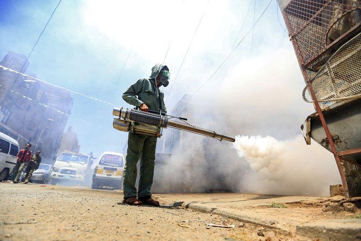 Un trabajador fumiga una zona de la capital de Yemen, Saná.