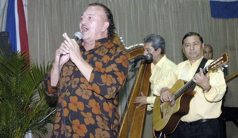Félix de Ypacaraí en una actuación junto  a Los Tres Santos en el restaurante Noches Asuncenas.