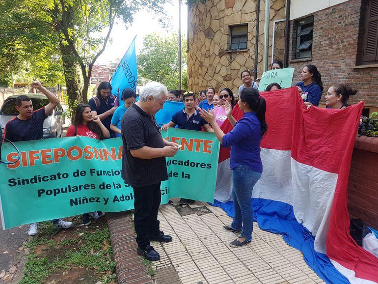 Funcionarios del Ministerio de la Niñez protestan en Asunción - Nacionales - ABC Color