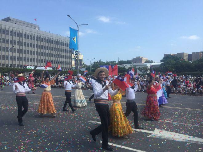 Compatriotas desfilan durante las festividades por el Día Nacional de Taiwán.
