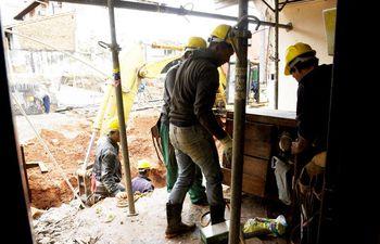 por-dentro-se-puede-ver-como-se-desmorono-la-pared-obreros-de-la-empresa-recuperan-los-muebles-que-se-habian-caido--195551000000-1846591.jpg