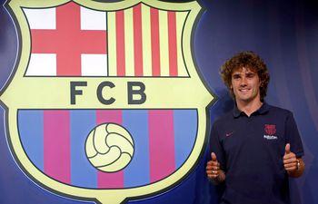 El delantero francés, nuevo fichaje del Barcelona, posa durante una sesión fotográfica en la tienda del club en el Camp Nou.