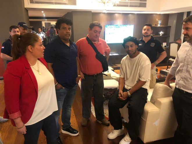 Ronaldinho, su hermano Roberto e intervinientes durante la intervención policial.