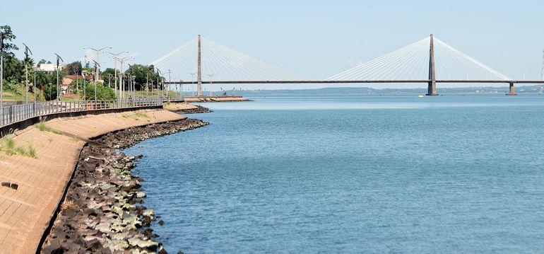 La pasarela es del tipo colgante soportado por obenques. Tiene una longitud total 2.550 metros, de los cuales 570 metros corresponden al puente principal.