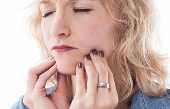 bruxar-no-solo-causa-danos-en-los-dientes-sino-que-tambien-provoca-dolor--14220000000-1773819.jpeg