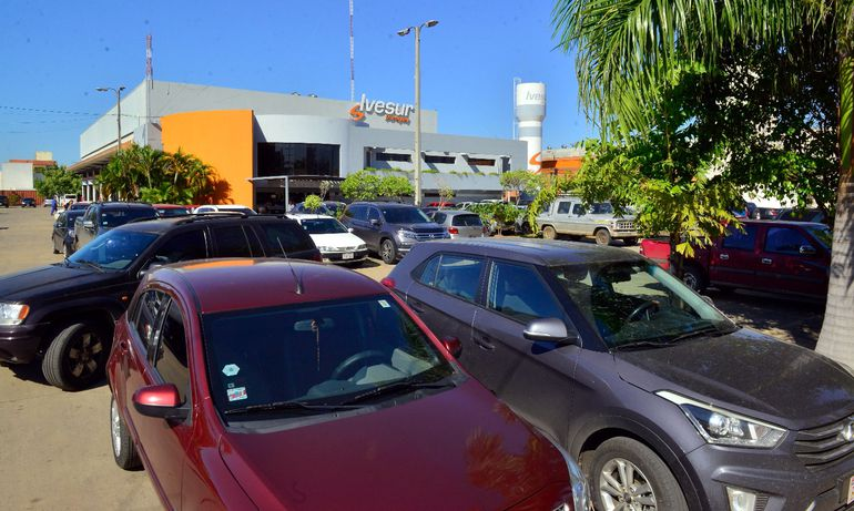 Ivesur recibió ayer vehículos hasta el mediodía. La mayoría de los automovilistas esperaron el cobro de salario  para  realizar la inspección técnica vehicular.