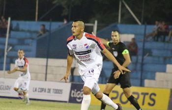Lucas González marcó un triplete en la victoria y clasificación de Nacional en la Copa Paraguay.