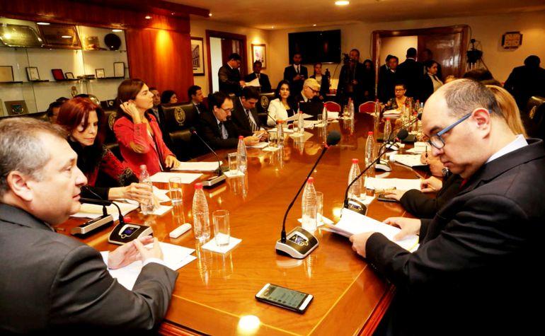Eugenio Jiménez Rolón, presidente de la Corte Suprema, escucha a los representantes de gremios de abogados. Se solicitó la exclusión del padrón electoral de funcionarios, policías y militares.