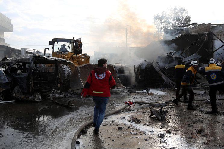 Rescatistas buscan sobrevivientes entre los escombros tras un ataque en una zona industrial en Idlib.