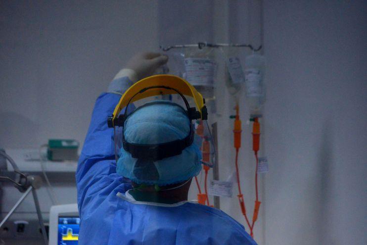 Un paciente con Covid-19 internado en la unidad de terapia intensiva de la clínica Ingavi del Instituto de Previsión Social (IPS), en Fernando de la Mora, recibe atención médica.