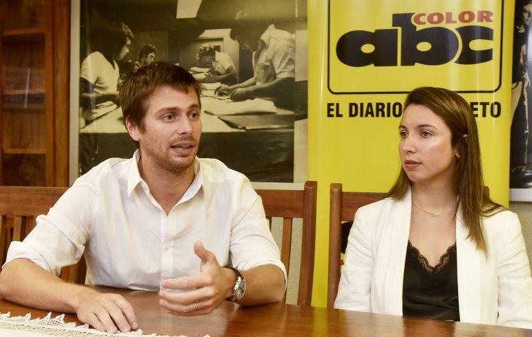Nicolás Lew, responsable de operaciones de Uber, y Johanna Picciano,  de la sección  comunicaciones de la empresa.