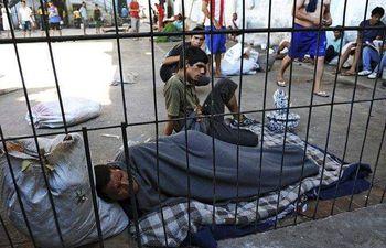 Debido a la sobrepoblación en la cárcel de Tacumbú, decenas de internos deben vivir en los pasillos.