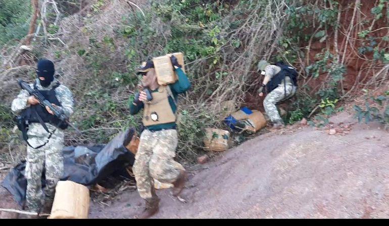 Personal de la Prefectura Naval de Canindeyú procedió a la incautación de 154 kilogramos de marihuana prensada a orillas del río Paraná, en zona del Puerto Marangatú, a 70 km de la ciudad de Salto del Guairá.