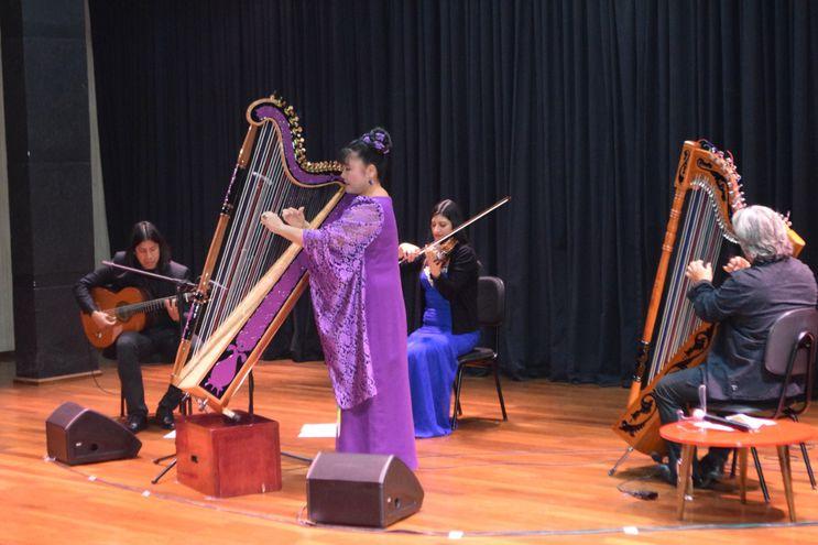 Ismael Ledesma y su arpa con sus compañeros músicos, la violinista Andrea González, el guitarrista Orlando Rojas y la arpista japonesa Lucía Shiomitzu.