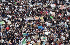 Estudiantes y activistas participan de la huelga mundial por el clima en Turín, Italia.
