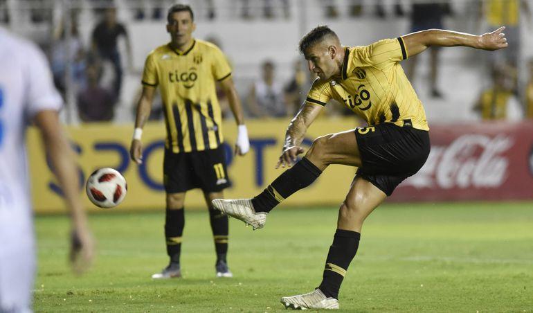 Raúl Bobadilla saca el potente remate de zurda con el que abriría el marcador a favor de Guaraní. El delantero lleva cuatro goles en el torneo,  pero dos le descontarán por protesta.