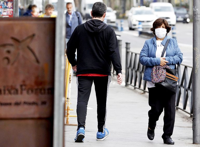 Personas caminando por calles en España. Una paraguaya residente en este país compartió sus vivencias.