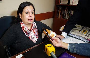 La senadora por el Frente Guasu, Esperanza Martínez, durante la entrevista que dio a los medios de prensa este martes en el senado.