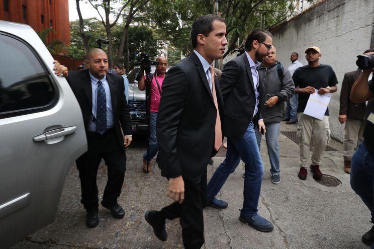 El líder opositor venezolano Juan Guaidó a su llegada a la sede del partido Acción Democrática para marchar con diputados hasta la sede de la Asamblea Nacional, este miércoles, en Caracas.
