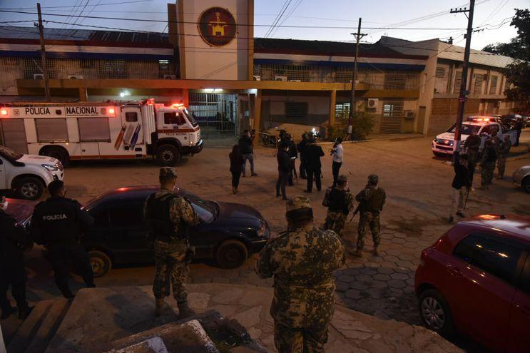 Agentes de la Policía, frente al penal de Tacumbú.