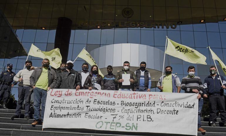 Miembros de la OTEP - SN acompañaron esta mañana la presentación del proyecto de Ley que declara emergencia educativa.