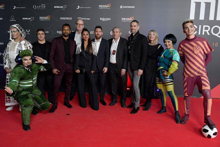 El crack del Barcelona y la Selección Argentina, Leo Messi y su esposa Antonella Roccuzzo posan con los directivos y artistas del Cirque du Soleil.
