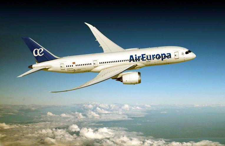 El avión Boeing 787-8 consume un 20% menos de combustible y genera menos emisiones.