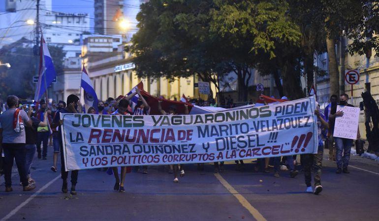 """Al son de """"ni un paso atrás hasta que renuncien todos"""" se manifestaron ayer al costado de la Plaza de Armas en Asunción."""