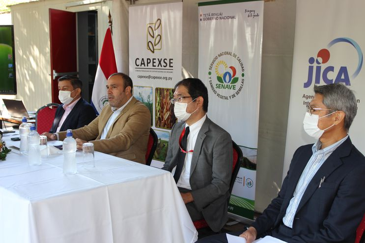 Gilberto Ozorio, presidente CAPEXSE; Rodrigo González, titular del Senave; Yasushi Fukui, representante Residente de la JICA en Paraguay;  Taigo Endo, experto asesor de JICA.