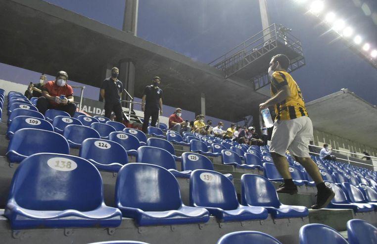 Con su camiseta de Guaraní puesta, el aficionado se dirige a su lugar para observar el juego.