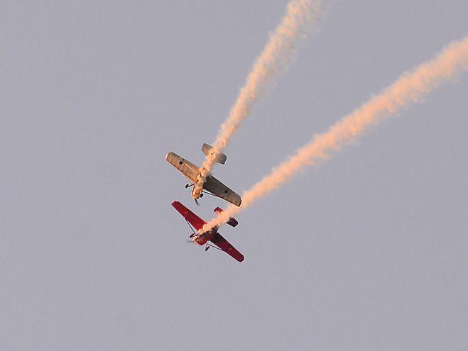 Dos de los expertos piloto vuelan arriesgadamente cerca, demostrando su pericia y audacia en el cielo.