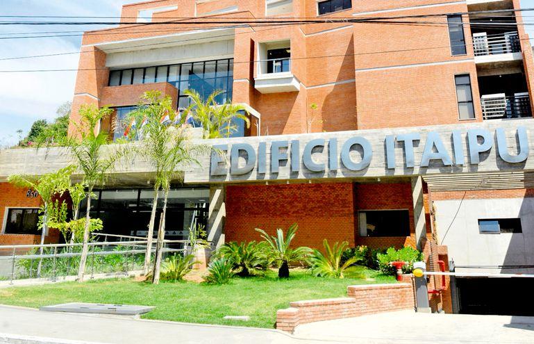 Itaipú destinó cerca de US$ 20 millones para pagar,  irregularmente según peritaje, salarios caídos a 115 funcionarios que tuvieron que ser reincorporados. El caso duerme en la Fiscalía.