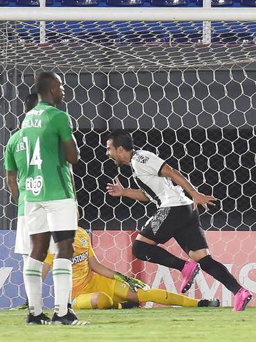 Costó llegar al gol, el defensor Javier Báez lo consiguió tras un rebote luego de un tiro libre y así lo festejo ante la desazón colombiana.